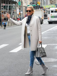 and Bella's Mum Is the Hadid We're Obsessed With Looking At Yolanda Hadid style: Yolanda looks chic in a cream coat and grey suede bootsYolanda Hadid style: Yolanda looks chic in a cream coat and grey suede boots Fashion Over 50, Look Fashion, Timeless Fashion, Street Fashion, Fashion Models, Fashion Outfits, Models Style, Mode Ab 50, Celebrity Summer Style