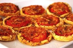 Tartelettes tomates-moutarde à l'ancienne Old-fashioned mustard tomato tartlets Simple aperitif Old-fashioned mustard tomato tarts Brunch Recipes, Appetizer Recipes, Vegan Recipes, Appetizers, Cooking Recipes, Tapas, Fingers Food, Food Porn, Foodies