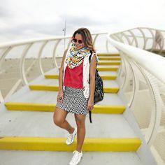 Terceira peça, colete, saia, blusa vermelha, saia peb, óculos vermelho, tênis branco, lenço, casual look, look viagem, look despojado, comfy look, mochila