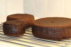 Denne oppskriften er den jeg bruker desidert mest og den blir høy og saftig hver gang. Det blir en litt fastere sjokoladekake en tradisjonell norsk men smuldrer ikke så mye så egner seg godt til kaker som skal formskjæres. Til barnekaker bytter jeg ut halvparten av kakao mot hvetemel for å få en lysere kake. Hvis du skal bruke full mengde kakao så bruk helst Confecta sin. Freia sin bakekakao blir litt for mørk og bitter i denne etter min smak.