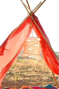 DIY:: Easy Festive Romantic A-frame tent to picnic under at sunset. Diy Tipi, Diy Craft Projects, Diy Crafts, Craft Ideas, Fun Ideas, Creative Ideas, Diy Zelt, A Frame Tent, Build A Fort