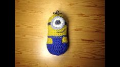How to Loom Knit a Minion (DIY Tutorial) – Awesome Knitting Ideas and Newest Knitting Models Minion Toy, Minions, Knitting Loom Dolls, Diy Paso A Paso, Casting On Stitches, Round Loom, Diy Tutorial, Color Change, Tutorials