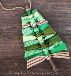 Ezzel az egyszerűen elkészíthető fenyőfa alakú karácsonyi dekorációval / karácsonyfadísszel nem csak elhasználhatod a maradék szalagjaidat, de a gyerekek is élvezni fogják az ágak gyűjtését a szabadban ! :) természetesen nem muszáj méregdrága szalagokból készíteni: régi használt / lyukas / foltos / szakadt ruhákból vágott anyag csíkokkal is készülhet.