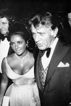 The cutest Oscars couples: Elizabeth Taylor and Richard Burton. Also in this picture: the Taylor-Burton diamond that Richard gave her. And mostly, featuring boobs. Richard Burton Elizabeth Taylor, Burton And Taylor, Elizabeth Hurley, Elizabeth Taylor Movies, Hollywood Couples, Old Hollywood Glamour, Golden Age Of Hollywood, Hollywood Stars, Classic Hollywood