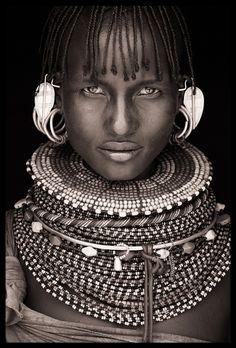 Fait partie d'une série de vingt photos prises dans l'extrême nord du Kenya (tribus Samburu, Rendille, Turkana et Pokot). Photo par John Kenny.