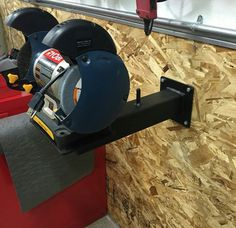 Learning about garage shop website and woodworking shop layout - Check Out THE IMAGE for Various Ideas for Garage Workshops. Plan Garage, Garage Shed, Garage Tools, Garage Tool Storage, Workshop Storage, Garage Organization, Door Storage, Garage Atelier, Welding Shop