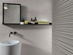 weißes Badezimmer mit interessanter Struktur der Fliesen