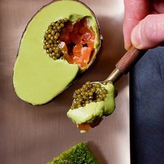 Avo mousse with salmon and peppercorns Wine Recipes, Gourmet Recipes, Cooking Recipes, Tapas, Food Plating Techniques, Good Food, Yummy Food, Molecular Gastronomy, Food Presentation