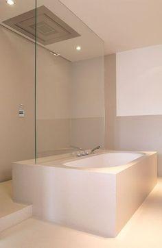 Glas op muurtje achter het bad en douche