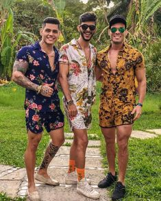 25 looks de Conjuntos Masculino para se Inspirar – O Cara Fashion c. 2017 The looks are all similar and show dandyism. The shorts are very short, the floral designs and the colors that were used are feminine, and how low the necklines are show feminism.