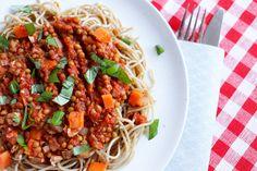 Her får du oppskrift på en deilig vegetarbolognese med linser og nøtter. Et fint alternativ til den vanlige kjøttsausen. Med utgangspunkt i en folkekjær favoritt gjør vi den vegetarisk og perfekt for kjøttfri mandag, eller bare en dag du ønsker mer grønnsaker  Dette er en saus jeg lager ofte, som har blitt en skikkelig ...read more →
