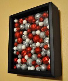 Cuadro hecho con esferas de Navidad - #AdornoDeNavidad, #ComoDecorarParedes…