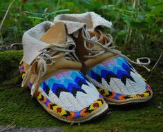 Really nice beadwork on the moccasins! Native American Moccasins, Native American Clothing, Native American Beauty, Native American Crafts, Native American Indians, Native Indian, Indian Beadwork, Native Beadwork, Native American Beadwork