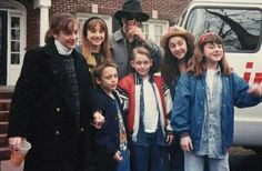 Michael Jackson & Macaulay Culkin, i'm not sure who the other children are, i'm assuming fans lol. Paris Jackson, Michael Jackson Fotos, Michael Jackson Funny, Lisa Marie Presley, Culkin Family, Elvis Presley, Tv Show Family, Kevin Mccallister, Mj Dangerous