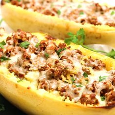 Low Carb Stuffed Spaghetti Squash Lasagna Boats Recipe with Meat - Low carb spaghetti squash lasagna boats with meat are easy delicious! This lasagna stuffed spaghetti squash recipe is healthy comfort food in one meal. Diet Recipes, Vegetarian Recipes, Cooking Recipes, Healthy Recipes, Healthy Low Carb Dinners, Lean Meat Recipes, Comida Keto, Lean And Green Meals, Vegetable Recipes