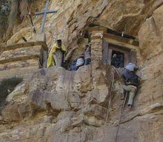CHRONIQUE /En retrait de l'autoroute, dans le nord de l'Éthiopie, se trouve un monastère bien particulier. Le monastère de Debre Damo, interdit aux femmes, ne peut être atteint qu'en voiture, à l'aide d'un chauffeur qui connaîtra le chemin.