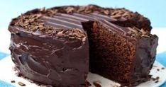 V-ați gândit vreodată că puteți face o prăjitură de ciocolată deosebită cu ingrediente minime, fără ouă, lapte sau smântână și într-un timp redus? Echipa Bucătarul.eu v-a pregătit o rețetă fenomenală. Această prăjitură are o consistență foarte umedă, este fragedă, radiază de frumusețea ciocolatei, la exterior are o crustă ușor crocantă și este pur și simplu delicioasă. Ingrediente – 1+½ pahare de făină – 1 pahar de zahăr – ¼ pahar de ulei vegetal – 1 pahar de apă – 3 linguri de cacao – 1 linguri Chocolate Lovers, Chocolate Cake, Chocolat Recipe, Fancy Cakes, Something Sweet, Fudge, Nutella, Deserts, Dessert Recipes