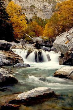 BUIXARUELO Bujaruelo es un valle despoblado del Pirineo de la provincia de Huesca lindante con el Parque Nacional de Ordesa y Monte Perdido, justo al noroeste del valle de Ordesa, y donde nace el río Ara,