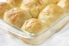 Texas Roadhouse Rolls are rolls that taste just like the buttery, fluffy rolls you get at Texas Roadhouse, complete with the homemade Cinnamon Honey Butter. Dinner Rolls Recipe, Dinner Recipes, Restaurant Recipes, Dinner Ideas, Texas Roadhouse Rolls, Cinnamon Honey Butter, Homemade Rolls, Baked Rolls, Sweet Butter
