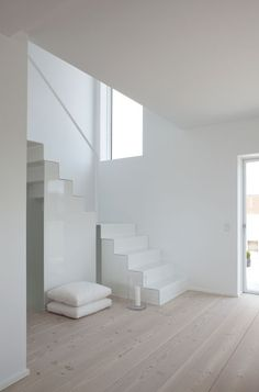 White, white, white, white - Deco How to Crafts Minimalist Interior, Minimalist Home, Minimalist Design, Interior Stairs, Interior Architecture, Interior And Exterior, Victorian Architecture, House Stairs, Carpet Stairs