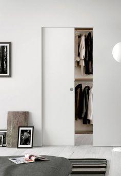 Quando lo spazio è poco e si vuole guadagnare una parete d'appoggio, al posto di una grande porta scorrevole si può realizzare la cabina armadio con un tramezzo in cartongesso e optare per una porta a uno e due ante, scorrevole interno muro, come la Syntesis Line scorrevole di Eclisse. Il kit completo prevede controtelaio per cartongesso senza finiture esterne e pannello porta grezzo con primer (misure 800 x 2100 mm).L'integrazione totale con la parete, senza stipiti e coprifili, permette…