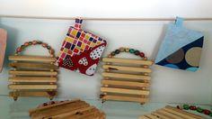 Pannunalusta ja patalappu - vaikkapa lahjaksi! Clothes Hanger, Woodworking, Textiles, Holiday Decor, School, Handmade, Crafts, Home Decor, Design