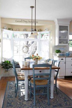 décoration maison de campagne dans la cuisine avec coin repas - déco florale fraîche et meubles en blanc et bleu