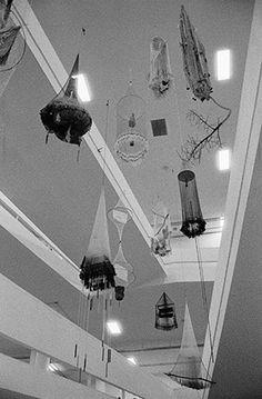 transformação do pavilhão ciccillo matarazzo, no parque ibirapuera, durante a montagem das obras da 32a bienal de arte de são paulo - obra de carolina caycedo suspensa no vão da rampa