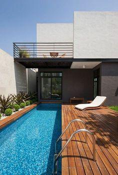 un couloir de nage au design contemporain, une plage de piscine bois  composite Plan Maison 95610d0e1e1
