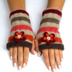 Weather's getting cooler, but you still want to show off your new manicure? Why not make your own fingerless gloves?!