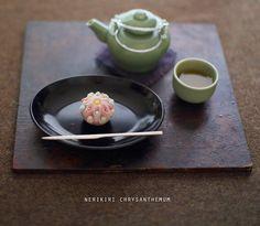 today, I made japanese confectionery NERIKIRI which express Chrysanthemum ▫️▫️▫️▫️▫️▫️▫️▫️▫️▫️▫️▫️▫️▫️▫️▫️▫️ . 去年、ピンタレストで見かけて作ってみた この菊の意匠。 . その時はピンクと白で作ったのだけど、 玉の色を色んな色にしたら可愛いかも、、と思いついて、 今日は、水色、緑、白、赤、のボールをちりばめてみました。 . 押し棒で細工をする時は 中の餡が透けて出てくるのが怖くて中は白餡 . うん、 香川県の「おいり」を散りばめたみたい✨ 可愛い(←いつもの自画自賛 . 先日自由が丘で買った茶器で 弘法茶を淹れて、 お供に戴きました . . 敷板、、プベル (西荻窪 . 菓子切り、、#三輪周太郎. . ▫️▫️▫️▫️▫️▫️▫️▫️▫️▫️▫️#和菓子#練り切り#練切り#上生菓子#wagashi#煉切#器#和食器#still_life_gallery#japaneseculture#nisnap#japon#japan#テーブルセッティ...