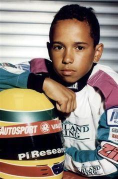 Young Lewis Hamilton with Senna replica helmet Grand Prix, Jackie Stewart, Alain Prost, Formula 1, Ricciardo F1, Daniel Ricciardo, F1 Lewis Hamilton, F1 Motorsport, F1 2017