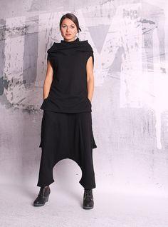 Schwarze 7/8 lose orientalische Hose mit zwei Taschen. Ich kann die Hose entsprechend Ihrer Größe machen. Ich laden Sie nicht mehr Geld für kundenspezifischen Auftrag. Material - weiche Baumwolle gesteppt. Das Modell auf dem Bild ist Größe S. Kann in allen Größen hergestellt werden.