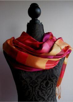 Tørklæder i silke, kashmir og pashmina. Kig forbi GitteK standen og se alle de skønne varer.