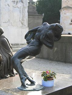 Grief ... surrender... ? Monumental Cemetery Milan, Italy Cemetery Monuments, Cemetery Statues, Cemetery Headstones, Old Cemeteries, Cemetery Art, Graveyards, After Life, Effigy, Memento Mori