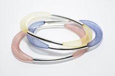 Bracelets en résilles tubulaires bleu marine, jaune et marron