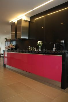 http://www.kitchensukaldeak.com/proyectos.html# el color y el aluminio resaltan dandole un toque pesonal. #fábrica de cocinas
