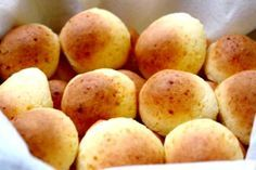 Pan de yuca, also known as cheese bread or yuca bread, are yummy melt in your mouth warm breads made with cheese and yuca or cassava/tapioca starch. Bread Recipes, Cooking Recipes, Venezuelan Food, Venezuelan Recipes, Colombian Food, Bun Recipe, Pan Bread, Cheese Bread, Cheese Puffs