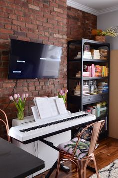 Video House Tour: A Super Small NoLita Apartment Nyc Studio Apartments, Small Apartments, Home Interior, Interior Design Living Room, Music Corner, Music Studio Room, New York Studio, Exposed Brick Walls, Piano Room