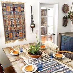 Rustic boho decorato forse this dining room. Repurpose some construction wood to get a similar table.
