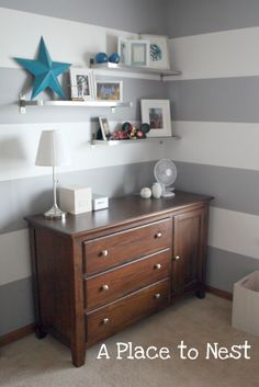 Love the shelf arrangement.  I have three of these in black for the boys room, perfect!!!!