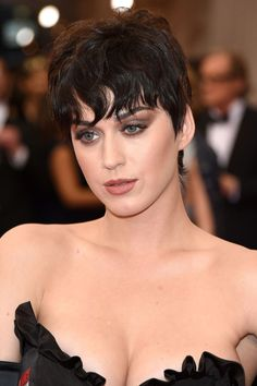 At least for Katy Perry, who covers Vogue Japan with her short 'n' dark pixie that looks exactly like the one Jenner has been rocking since her family was thrust into the spotlight. Perry landed the… Top Celebrities, Beautiful Celebrities, Celebs, Katy Perry Hot, Katy Perry Pictures, Actrices Sexy, Actrices Hollywood, Cara Delevingne, Female Singers