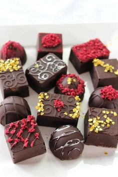 Keto Chocolate Raspberry Truffles - Keen for Keto - Ketogenic - Low Carb Keto chocolate truffles filled with a creamy chocolate raspberry ganache, topped with freeze-dried raspberries and gold hearts for a keto-friendly dessert! Ketogenic Desserts, Low Carb Desserts, Dessert Recipes, Keto Recipes, Keto Snacks, Healthy Desserts, Easy Desserts, Sweet Recipes, Snack Recipes
