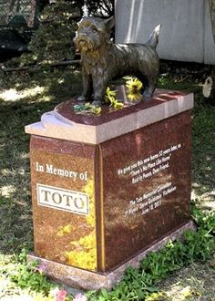 """Toto, """"The Wizard of Oz"""", memorial at the Hollywood Forever Cemetery in California. Cemetery Monuments, Cemetery Headstones, Old Cemeteries, Graveyards, Pet Cemetery, Cemetery Statues, Unusual Headstones, Famous Tombstones, Hollywood Forever Cemetery"""