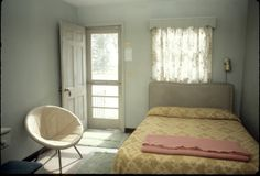 Would love a guest cottage/room like a motel room Cheap Motels, Motel Room, Hotel Motel, Small Space Living, Decoration, 1970s, Summer, Indoor, Interior Design