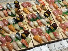 ミニチュアにぎり寿司〜白木の台☆ 盛り付けは思ったより時間がかかります #樹脂粘土 #粘土 #フェイクフード #ミニチュアフード #ミニチュア #ドールハウス #clay #miniature #dollhouse #fakefood #miniaturefood #寿司