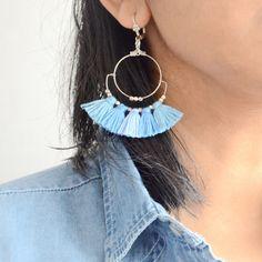 boucles d'oreilles bleus en argente et pompons