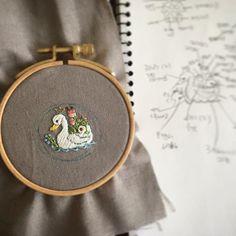 자수브로치~ 예쁜 백조 공주님~  #자수타그램 #자수 #embroidery #stitch #刺繍作家 #刺繍 #프랑스자수 #케이블루의자수 #케이블루 #刺繍教室 #ししゅう #needlework #needlepoint #자수브로치 #백조 백조를 가장한 오리같네...