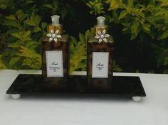 KIT <br>1 Bandeja de vidro fumê <br>1 Sabonete líquido vidro de onça de 250 ml, opção de fragrância; pitanga negra,rosas vermelhas, erva doce e peônia. <br>1 Creme Hidratante corporal vidro de onça de 250 ml, opção de fragrância; tangerina com manga, aveia e mel e rosas vermelhas. <br>2 flores prata <br>2 válvulas dourada