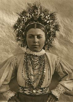 Romania - old photos - by Kurt Hielscher ルーマニア Hungarian Women, Romanian Women, Vintage Photographs, Vintage Photos, Costume Ethnique, Folk Costume, Costumes, World Cultures, Traditional Dresses